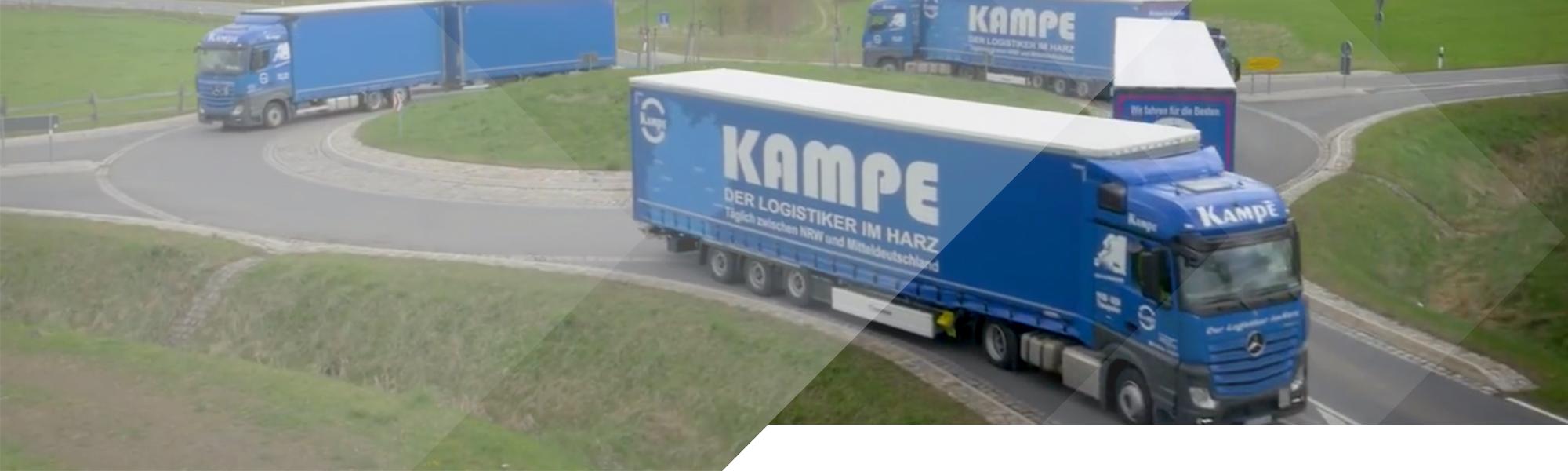 LKWs im Kreisverkehr